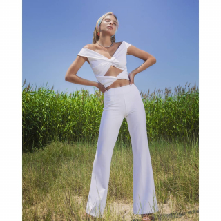 Total White Summer Look!! Find this off shoulder top and the white wide leg here 👇 https://www.espoir.gr/